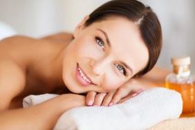 woman-using-aromatherapy